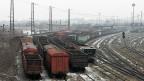 Der Handel mit den von Russland unterstützten «Volksrepubliken» in der Ostukraine ist ab sofort verboten. Bild: Leere Kohle-Güterwagen in der Nähe von Donezk.