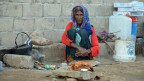 Eine Frau in einem provisorischen Lager für Binnenvertriebene in Al-Jarahi, Jemen.