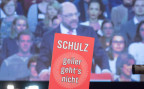 Der SPD-Kanzlerkandidat und Parteivorsitzende Martin Schulz bei seiner Rede am SPD-Sonderparteitag. Im Vordergrund ein Schild mit der Aufschrift: Schulz, geiler gehts nicht.