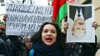 Warum müssen wir für unsere Armut auch noch Strafe zahlen? Das Unverständnis vieler Bulgarinnen und Bulgaren hat zu Protesten gegen das neue Gesetz Lukaschenkos geführt. Dieser argumentiert, man müsse gegen Müssiggänger vorgehen. Bild: «Lukaschenko, hör auf, die Rosinen aus dem Brot zu picken!», steht auf dem Plakat der Protestierenden in Minsk.