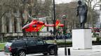 Ein Sanitätshelikopter landet zwischen Parlament und Chruchill-Denkmal.