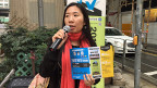 «Nehmen sie sich ein paar Minuten Zeit, um zu wählen», sagt Wendy Tsang an einer Strassenkreuzung; in der rechten Hand ein Mikrofon, in der linken bunte Flugblätter. Sie ist eine freiwillige Helferin der «Hongkong Pop Vote», der alternativen Wahl in Hongkong.
