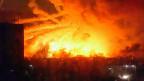 Nahe der ostukrainischen Stadt Charkiw sollen mehr als 600 Rettungskräfte und zwei Löschflugzeuge im Einsatz stehen, um den Brand im Munitionslager zu löschen.