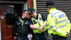 Polizeioffiziere vor einem Haus in Birmingham – wo das Auto gemietet worden war, das auf der Westminster-Brücke in London in eine Gruppe von Menschen raste.