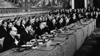 Regierungsvertreter von sechs europäischen Ländern unterzeichnen am 25. März 1957 im Konservatorenpalast die Römischen Verträge.