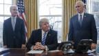 US-Präsident Donal Trump mit Gesundheitsminister Tom Price und Vizepräsident Mike Pence.