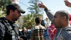 Ein israelischer Araber in Jaffa gestikuliert vor einem israelischen Polizisten.