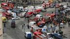 Sicherheits- und Hilfskräfte im Einsatz vor der Station Sennaja Ploschad in Sankt Petersburg.