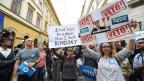 Eine Frau hält ein Plakat mit einem Photo des ungarischen Premierminister Viktor Orban anlässlich einer Demonstration im April 2017.