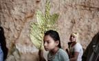 Der Palmsonntag wurde für ägyptische Kopten zum Trauertag. Ein christliches Mädchen trägt einen symbolischen Palmzweig bei einer Feier in Kairo.