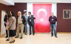Türken und Türkinnen vor der Abgabe ihrer Stimme im Generalkonsulat in Zürich.