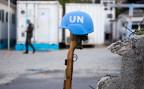 Ein Helm der UN-Blauhelme auf Haiti (Symbolbild).