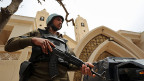 Die christliche Minderheit, die zehn Prozent Kopten in Ägypten, zählen zu den treuesten Unterstützern des ägyptischen Staatschefs as-Sisi. Doch Sicherheit hat er nicht gebracht. Bild: Sicherheitskräfte vor einer der koptischen Kirchen, auf die ein Anschlag verübt wurde.