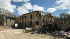 «Wir leben in Containern», erzählt Bauer Massimo Rappini, dem das zerstörte Bauernhaus auf dem Biild gehört. Für seine Schafe hat er vom Zivilschutz als Übergangslösung ein Zelt erhalten.