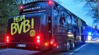 Der Mannschaftsbus von Borussia-Dortmund weist ein beschädigtes Fenster auf. Beim Match am Abend wird es verstärkte Polizeipräsenz geben.