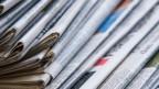 Ein Stapel mit verschiedenen Tageszeitungen liegt am 26.04.2016 in München auf einem Tisch.