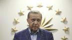 Recep Tayyip Erdogan, der türkische Präsident, wendet sich nach dem Referendum an die Medien.