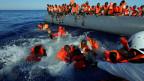 Flüchtlinge in Seenot werden an der Küste von Libyen gerettet.