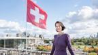 Botschafterin Christine Schraner-Burgener auf dem Dach der Schweizer Botschaft in Berlin – zwischen Kanzleramt und Reichstag.