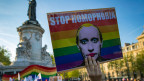 Plakat gegen Homophobie in Russland an der Demonstration vom 20. April 2017 in Paris.