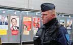 Ein Polizeioffizier bewacht ein Wahllokal in der nordfranzöischen Stadt Heinin-Beaumont.