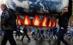 Wissenschaftler tragen eine aufblasbare Weltkugel, am Marsch der Wissenschaftler im Rahmen des earth day.