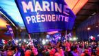 Anhänger und Anhängerinnen von Marine le Pen feiern an der Wahlparty den zweiten Sitz in der ersten Runde der französischen Präsidentschaftswahl.