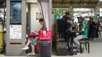 Zeitvertreib in französischen Bahnhöfen: Eine Frau liest in einer Passfotokabine ein Buch, während ein junger Mann Klavier spielt.
