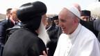 Papst Franziskus begrüsst einen orthodoxen Priester am Flughafen von Kairo am 28.4.2017.