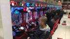 Laut einer Studie kommt auf jeden 20. Erwachsenen ein Spielsüchtiger. Pachinko-Automaten und Spieler.