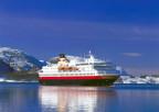 Ein Schiff der Hurtigruten unterwegs vor Norwegens Küste.