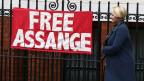 Staatsanwältin Ingrid Isgren aus Schweden verlässt die Botschaft von Ecuador in London.