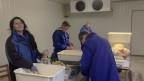 Frauen verpacken Gemüse in Gefrierbeutel -  für 200 Franken im Monat.