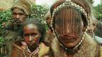 Mitglieder der Ethnie der Ogiek tragen ihre traditionelle Kleidung.