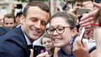 Frankreichs Präsident Emmanuel Macron posiert für ein  Selfie.