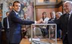 Der französische Präsident Emmanuel Macron gibt in Le Tourquat seine Stimme ab.