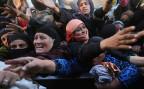 Irakerinnen, die vom IS fliehen konnten, bei der Verteilung von Hilfsgütern.