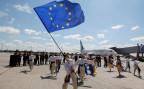 Eine Ukrainische Folkloretruppe feiert bei einem Terminal des Flughafens Boryspil.