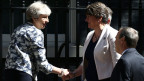 Grossbritanniens Premierministerin Theresa May (links) und Arlene Foster, Chefin der Democratic Unionist Party (DUP) in London.
