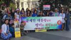 Exil-Koreaner begrüssen Präsident Moon. Bild: SRF. Max Akermann.