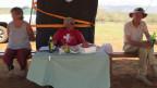 Marianne Bolleter lebt seit 40 Jahren in Kenia. Die 84jährige Zürcherin ist der «Wurst-Commander» des Swiss Rifle Club. Bild. SRF. Patrik Wülser.