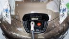 Ein Elektroauto hängt am Kabel.