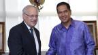 Bundesrat Johann Schneider-Ammann schüttelt dem ehemaligen indonesischen Handelsminister die Hand, bei seinem letzten Besuch im Land.
