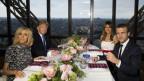 Das Bild zeigt US-Präsident Trump und dessen Ehefrau Melania sowie Frankreichs Präsident Macron und dessen Ehefrau Brigitte.