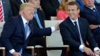 Frankreichs Präsident Emmanuel Macron (rechts) und US-Präsident Donald Trump an der Militärparade auf der Champs Elysees in Paris.
