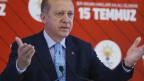 Türkeis Präsident Recep Tayyip Erdogan hinter einem Rednerpult.