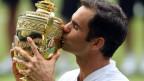 Roger Federer hält zum achten Mal den Pokal in den Händen.