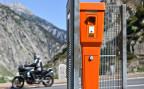 Eine Notrufsäule an einer Pass-Strasse in der Schweiz.