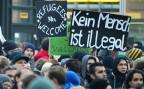Demonstranten mit Plakaten, die Flüchtlinge willkommen heissen, bei einer Veranstaltung in Dresden, im Oktober 2015.