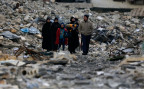 Eine syrische Familie inmitten von Trümmern, im Ostteil von Aleppo.